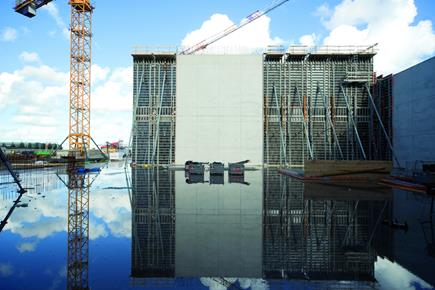 The NOEtop formwork system, with its large panels and integral bracing, proved particularly impressive on the construction of a bulk store in Europort Rotterdam.